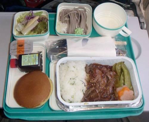 Bữa ăn của phi công: Hai phi công sẽ được phục vụ những bữa ăn hoàn toàn khác nhau và tuyệt đối không được chia sẻ để tránh trường hợp ngộ độc thực phẩm. Ảnh: Nextshark.