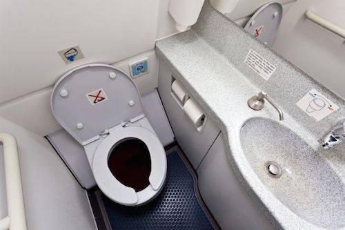 Tốt nhất không nên đụng vào nước trên máy bay.: Hành khách được khuyên không bao giờ uống nước trên máy bay nếu không phải là nước đóng chai. Lý do là cổng thoát chất thải từ toilet và cổng để lấy nước lên máy bay nằm ngay cạnh nhau. Thậm chí, đôi khi hai dòng chất thải và nước này ra vào cùng một cổng. Ảnh: Mirror.