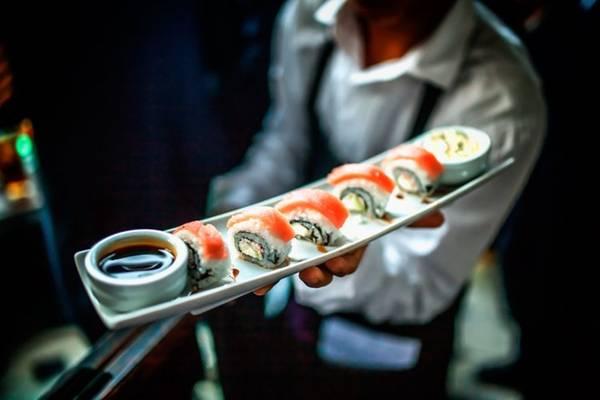 Phong cách làm sushi thường thay đổi so với nguyên gốc khi du nhập vào các quốc gia khác.
