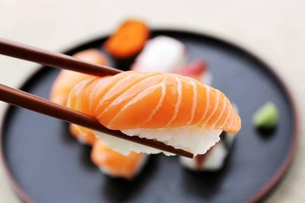 Thực khách vẫn có thể dùng tay, thay vì đũa, để ăn sushi. Ảnh: Wtop.