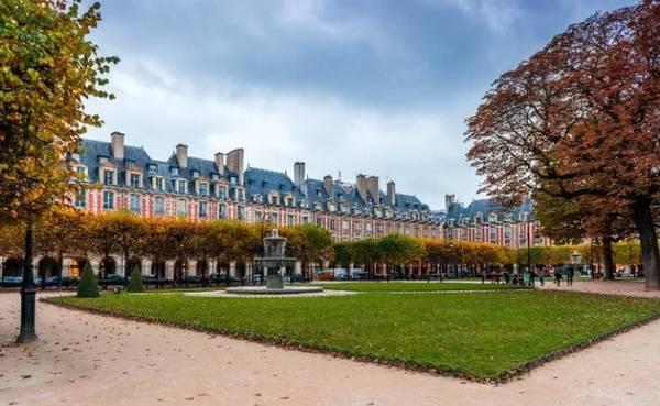 """Place des Vosges, Paris, Pháp Đây là quảng trường cổ nhất ở Paris, được xây dựng từ năm 1612 để kỷ niệm đám cưới vua Louis XIII và Anna (công chúa nước Áo). Natasha Edwards, một chuyên gia về Paris, nhận xét: """"Đây là một trong những nơi nhắc tôi nhớ điều gì làm nên vẻ đẹp của thành phố này""""."""