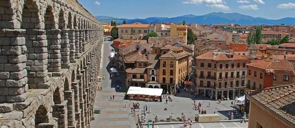 """Plaza del Azoguejo, Segovia, Tây Ban Nha: Quảng trường này nổi bật nhất bởi cầu dẫn nước Segovia. Từng được Mary Beard, giáo sư lịch sử người Anh, chọn vào """"10 điểm lịch sử mà bạn phải tới thăm một lần trong đời"""", trên chương trình truyền hình của bà."""