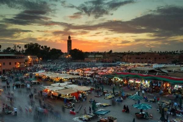 Jamaa el Fna, Marrakech, Marrocco: Được UNESCO công nhận là di sản thế giới, quảng trường này không mang tính biểu tượng nhiều nhưng là một nơi rất nhộn nhịp, từ những người điều khiển rắn, các anh hề, và cả những kẻ bán thuốc lậu hoạt động công khai. Vào lúc hoàng hôn, 100 đầu bếp bắt đầu làm việc và những quầy nướng được bày ra tạo nên không gian quảng trường giống như một cuộc thi tiệc nướng. Khói bếp hòa quyện với mùi vị kebab đặc trưng.