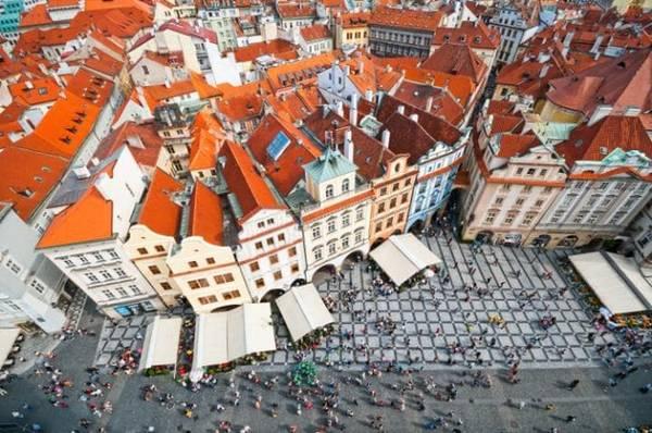 Old Town, Prague, CH Czech: Quảng trường này là nơi hút khách nhất Prague với nhà thờ Gothic, tháp đồng hồ trung cổ, các quán bar, nhà hàng nằm san sát. Old Town được chọn làm địa điểm tổ chức hội chợ Giáng sinh vào mỗi mùa đông đến.