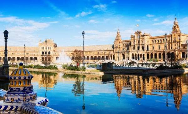 Plaza de Espana, Seville, Tây Ban Nha: Xây dựng xong năm 1928, quảng trường lớn nhất thành phố Seville này được bao bọc bởi một khu nhà hình nửa vòng cung, đường hào và cầu cạn. Tới đây du khách sẽ được ngắm nhìn vẻ đẹp của các bức tranh trang trí dọc theo từng bức tường.
