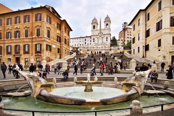 Piazza di Spagna, Rome, Italy: Nằm ở phía cuối những bậc thang kiểu Tây Ban Nha, Piazza di Spagna là một trong những quảng trường đẹp nhất Rome. Chính giữa quảng trường là đài phun nước có kiểu trang trí lạ mắt Fontana della Barcaccia.