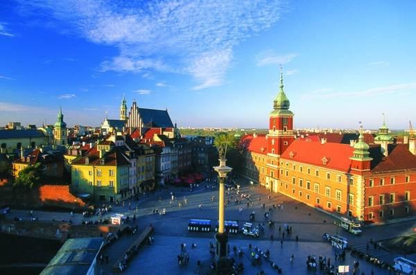 Castle, Warsaw, Ba Lan: Được bao bọc bởi những ngôi nhà cổ, tòa lâu đài hoàng gia phía đông, quảng trường này có nhiều nghệ sĩ đường phố, hàng quán nên thu hút được rất đông du khách thế giới.