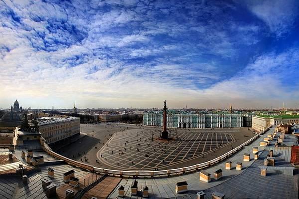 Palace, St Petersburg, Nga: Ảnh hưởng từ kiến trúc baroque của cung điện Mùa Đông, quảng trường này luôn là nơi diễn ra nhiều sự kiện lịch sử quan trọng, bao gồm cả Ngày chủ nhật đẫm máu (1905), và Cách mạng tháng 10 (1917).