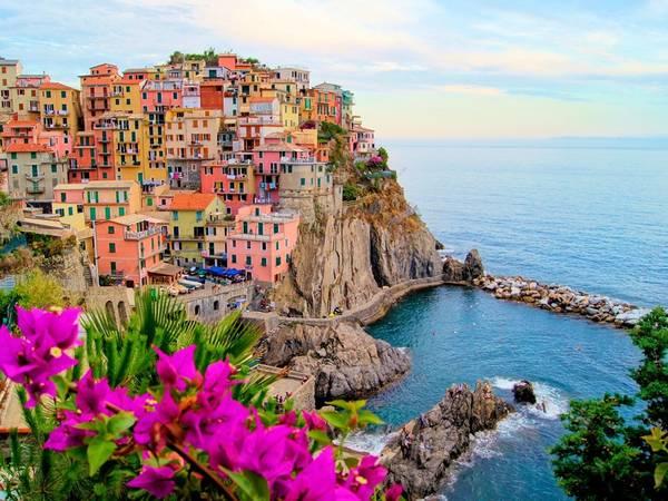 Cinque Terre, Italy: Cụm 5 làng đẹp như tranh dọc biển Liguria, Cinque Terre là một trong những địa điểm nổi tiếng nhất ở Italy. Tuy nhiên, các nhà chức trách mới đây đã công bố kế hoạch giới hạn số người được phép đến du lịch với lo ngại về vấn đề môi trường. 2,5 triệu du khách đến Cinque Terre trong năm 2015, con số này sẽ được giới hạn còn 1,5 triệu từ giờ trở đi.