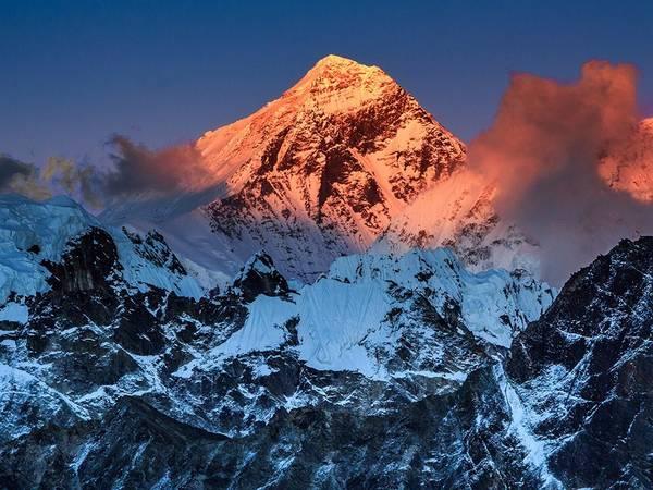 Đỉnh Everest: Chính phủ Nepal thực hiện các bước kiểm soát khách du lịch như tăng phí cho du khách ngoại quốc leo núi từ 10.000 lên 11.000 USD, và thành lập văn phòng liên lạc tại base camp để kiểm tra kinh nghiệm, tình trạng sức khỏe và khả năng leo núi của du khách. Tháng 9/2015, Nepal cấm những người mới tập leo núi, đồng thời xem xét quy định giới hạn tuổi. Ngoài ra, các nhóm cũng giảm về số lượng để tránh bị quá tải.
