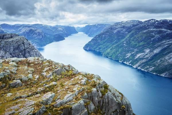 Nauy: Theo tờ The Local, Norsk Friluftsliv, Nauy đang kêu gọi giới hạn du khách trekking tới các điểm nổi tiếng bao gồm Preikestolen (Pulpit Rock) và Trolltunga (Troll Tongue - Lưỡi Quỷ). Đội cứu trợ của Nauy đã thực hiện 34 cuộc giải cứu khẩn cấp ở Pulpit Rock năm nay. Do số lượng tai nạn và chấn thương khá nhiều, Hiệp hội Du lịch Nauy hồi tháng 8 đã kêu gọi ban hành điều luật mới, cấm du khách trèo lên địa điểm này.