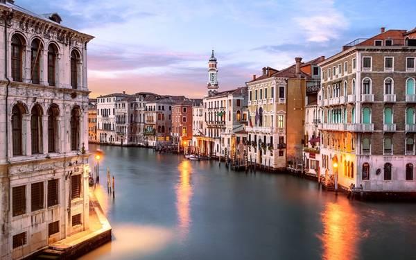 Venice (Italy): Ngoài việc mực nước tăng lên đe dọa cơ sở hạ tầng, thành phố của tình yêu còn chứng kiến lượng du khách đổ về đây mỗi lúc một tăng. Một số học giả cho rằng người Venice gốc sẽ hoàn toàn không còn sống ở đây vào năm 2030 do du khách tăng, giá thuê tăng khiến người bản xứ không còn khả năng chi trả. Để giảm lượng khách du lịch, nhóm Italia Nostra đề nghị chính quyền cấm tàu thuyền trong cảng, và các nhóm khách đông phải đặt từ trước khi đến thành phố.