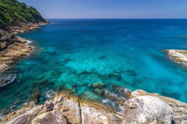 Koh Tachai, Thái Lan: Hòn đảo này thuộc công viên quốc gia Similan, phải đóng cửa từ tháng 10/2015 sau khi đón quá đông khách du lịch. Ba hòn đảo gồm Koh Khai Nok, Koh Khai Nui, và Koh Khai Nai ở Phuket cũng noi gương. Các hãng lữ hành phải tuân theo quy định nghiêm chỉnh về việc du khách đến vào thời gian nào, ở đâu, và đi các đảo như thế nào. Các loại ghế và dù bên bờ biển cũng bị rời đi.