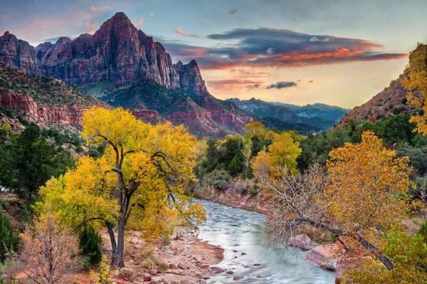 Công viên quốc gia Zion, Utah, Mỹ: Zion dự kiến đón con số kỷ lục năm nay, với 4 triệu du khách. Tuy nhiên, để tránh tình trạng đất bị xói mòn, các phương tiện bị quá tải, lãnh đạo công viên đang xem xét hạn chế số lượng khách du lich qua hệ thống đặt chỗ mới.