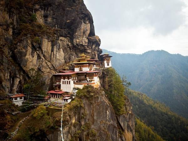 """Bhutan: Nằm ở phía tây dãy Himalaya, vương quốc Phật giáo Bhutan tự hào về du lịch """"ít mà chất"""". Tất cả du khách nước ngoài, trừ những người mang hộ chiếu Ấn Độ, Maldives, Bangladesh, đều phải xin visa và đặt tour qua một hãng lữ hành của Bhutan. Du khách còn phải trả trước gói tour ngày tối thiểu với mức 200-250 USD một ngày, tùy theo tháng do Chính phủ hoàng gia Bhutan quy định, trả bằng cách chuyển tiền qua Ủy ban Du lịch Bhutan. Mức phí bao gồm nơi ở, các bữa ăn, hướng dẫn viên, phương tiện đi lại, chăm sóc sức khỏe, xóa đói giảm nghèo. Chỉ 155.121 du khách đến Bhutan năm 2015, trong đó 57.537 du khách quốc tế, còn lại là du khách Ấn Độ, Bangladesh và Maldives."""
