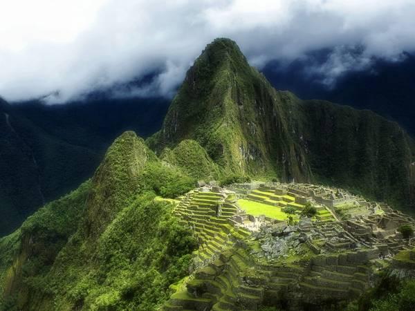 """Machu Picchu, Peru: UNESCO đang khuyến khích áp dụng các biện pháp nhằm kiểm soát chặt chẽ số du khách đến Machu Picchu. Du khách nước ngoài phải thuê hướng dẫn viên, theo một trong 3 lối vào khu quần thể, và giới hạn về thời gian thăm thú để tránh tình trạng quá tải. Năm 2014, khoảng 1,2 triệu du khách ghé thăm thành Inca, vượt con số giới hạn ngày là 2.500 do Peru và UNESCO quy định. Thành cổ đã bị liệt vào danh sách """"nguy hiểm"""" của UNESCO hồi đầu năm."""