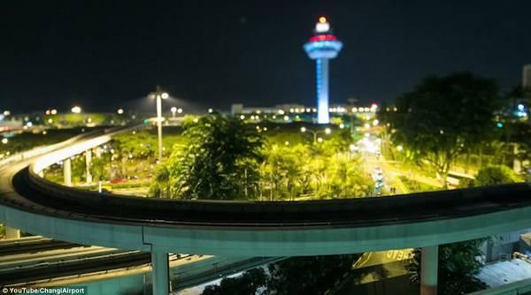 Khi hoàng hôn buông xuống, những con đường và tháp quanh sân bay trở nên sống động hơn với loạt những ánh đèn rực rỡ đầy màu sắc.