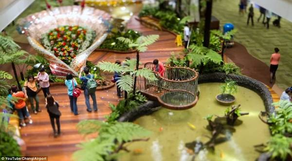 Khu vườn Enchanted tràn ngập ánh sáng đèn Led và cảm biến tạo ra âm thanh của thiên nhiên và hoa nở.