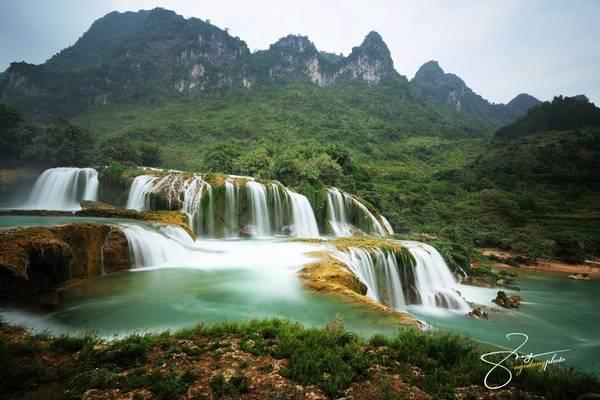 Tới đây, bạn sẽ thấy vẻ đẹp choáng ngợp của Bản Giốc với khung cảnh vừa hùng vĩ vừa êm đềm của núi rừng.