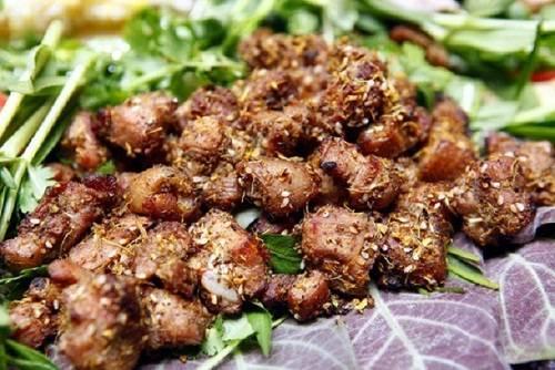 Lợn bản Lợn bản hay còn gọi là lợn cắp nách, một con chừng 7-10 kg, được người H'mong nuôi thả rông nên thịt chắc, ít mỡ. Thịt lợn bản thường được chế biến thành các món hấp dẫn như thịt hấp, thịt quay nguyên con, thịt xiên nướng… ăn cùng muối chấm giã với ớt xanh, mắc khén. Thịt lợn bản có giá từ 80.000 đồng một đĩa. Ảnh: Ciao Asia.