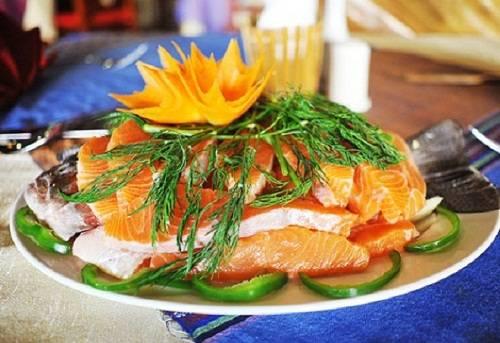 Lẩu cá hồi nước lạnh Cá hồi nước lạnh được đánh giá ít mỡ, chắc thịt, giá trị dinh dưỡng cao. Du khách đến Sa Pa thường khó lòng bỏ qua một nồi lẩu cá hồi nghi ngút khói, vị ngọt đậm đà từ nước dùng ninh xương cá hồi. Cải mèo, rau su su tươi cũng là những thứ rau đặc sản nhúng vào nồi lẩu. Bạn có thể ghé vào các nhà hàng để thưởng thức với giá khoảng 500.000 đồng một nồi lẩu cá hồi cho 4 người ăn. Ảnh: Dulichsapa.