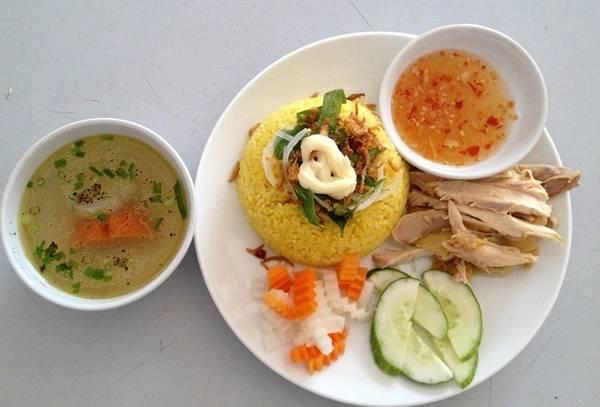Cơm gà Phú Yên:  Ngoài phần cơm dẻo thơm nấu bằng nước luộc gà, cơm gà Phú Yên còn gây ấn tượng bởi thứ nước chấm riêng biệt và những miếng thịt xé thơm ngon. Bên cạnh những nguyên liệu chính là nước mắm, chanh, đường, tỏi, ớt được xay nhuyễn, công thức có một chút thịt gà xay, tạo nên độ béo ngậy và ngọt. Cơm gà Tuyết Nhung trứ danh TP Tuy Hòa đã có ở đường Tân Sơn Nhì, quận Tân Bình. Một phần cơm gà giá 22.000-35.000 đồng, tùy phần gà xé, gà chặt, đùi gà… ăn kèm rau răm, dưa chuột, hành tím ngâm đúng vị Phú Yên. Ảnh: Danphuyen.