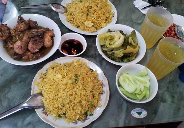 Cơm gà Tống Duy Tân: Nhắc đến món ăn khuya ở Hà Nội, người ta sẽ nghĩ ngay đến con phố ẩm thực Tống Duy Tân với các hàng quán mở bán suốt đêm, đông đảo thực khách. Món ăn nổi tiếng nhất ở khu phố này là cơm đảo gà rang với giá dao động từ 80.000 đến 120.000 đồng một suất. Các món gà tần, miến gà, cháo gà, cháo chim cũng phục vụ suốt đêm cho thực khách. Ảnh: Ngọc Hà.