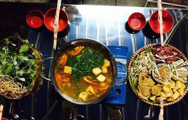 """Lẩu Phùng Hưng: Được gọi là """"phố lẩu đêm"""", đường Phùng Hưng san sát những biển hiệu nhà hàng với đủ loại lẩu: gà, vịt om sấu, hải sản, bò, lòng, cá, thập cẩm, lẩu Hong Kong, Tứ Xuyên... Giá một nồi lẩu từ 300.000 đồng. Ảnh: Foody."""