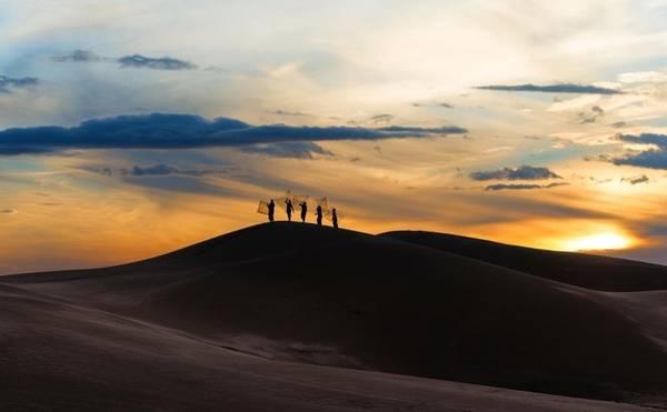 Thời khắc đẹp nhất để ngắm cảnh đồi cát là sáng sớm hay lúc hoàng hôn, du khách sẽ được chiêm ngưỡng những bức tranh thiên nhiên tuyệt đẹp giữa đất, trời và con người cùng nhau tạo nên. - Ảnh: mytour