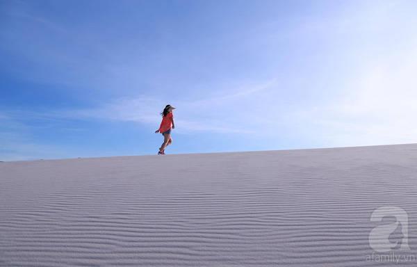 Từng ngày từng mùa và từng giờ đồi cát nơi nơi lại hiện lên những sắc màu lộng lẫy khác nhau. Lúc thì cát có màu vàng, lúc lại trở về với màu trắng, lúc lại có màu xám xám ở nền trời.