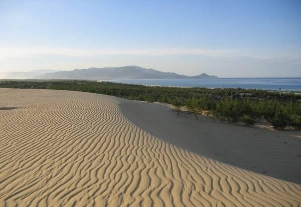 Ngắm nhìn mây trời bồng bềnh, biển cả mênh mông từ đồi cát - Ảnh: Chuoi Day