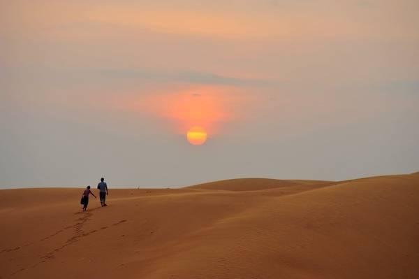 Đồi cát Phương Mai hoang sơ tựa như sa mạc thu nhỏ của Bình Định sẽ giúp bạn lưu giữ những kỷ niệm đẹp và khó quên - Ảnh: Yang Blue