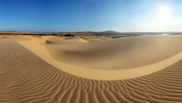 Trong cái nắng chói chang, những đồi cát hiện lên mông lung chập chờn, như trong cõi thực lẫn cõi mơ. - Ảnh: asiaindochina