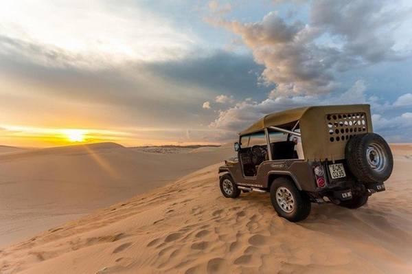 Khám phá Đồi Cát Trắng bằng phương tiện xe zeep có người lái, giá khoảng 600.000 vnđ/chiếc 4 người/60 phút, bạn cũng đã tha hồ khám phá đồi cát và chụp hình làm kỉ niệm. - Ảnh: Zing
