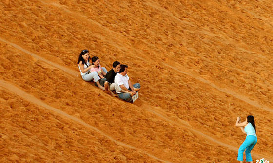 Trượt cát trên đồi cát Bay là một trải nghiêm thú vị bạn nên thử - Ảnh: Mũi Né Resort