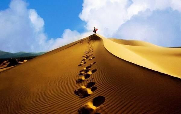 Từ trên đồi cát, bạn có thể thấy toàn cảnh Mũi Né. Môt màu xanh mênh mông của biển cả, xen sắc vàng của cát dưới ánh mặt trời chói lọi, hoang sơ và thơ mộng làm cho du khách cảm giác như bay bổng giữa thiên nhiên. - Ảnh: Du lịch Xuyên Á