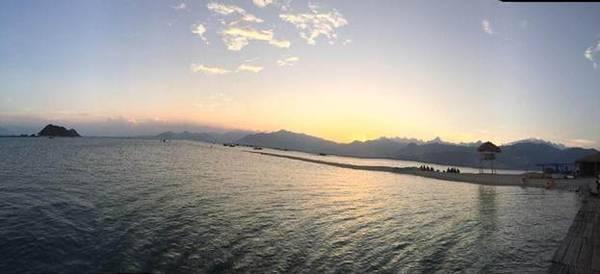 Mặt trời lặn trên con đường mòn giữa biển.