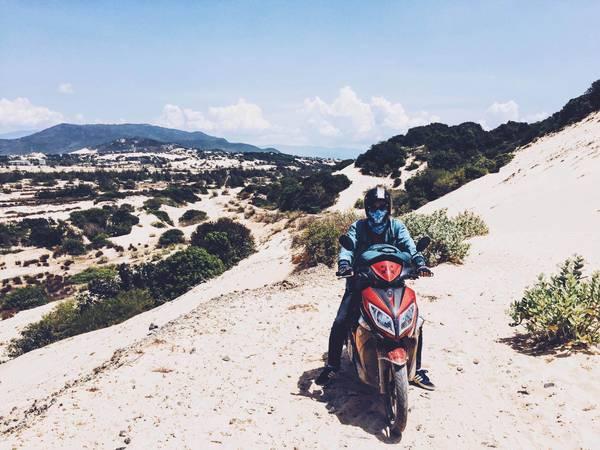 Vượt đồi cát tìm người dẫn đường.