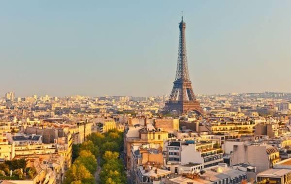Nắng thu ngập tràn khắp các tòa cao ốc xung quanh mang đến cho Paris một vẻ đẹp thơ mộng đầy cuốn hút.