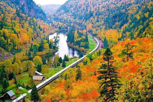 Xứ sở lá phong đẹp nhất khi mùa thu đến, đây là thời điểm lá phong dần dần ngả sang vàng, tạo nên không gian hữu tình, thơ mộng như trong miền cổ tích