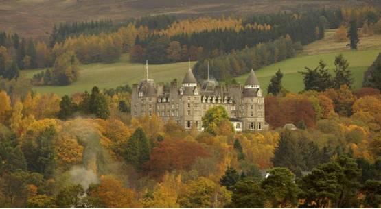 Cây cối vây quanh cung điện Atholl ở Pitlochry, Scotland