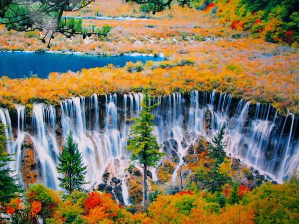 Nơi này nổi tiếng nhờ hệ thống hồ nước đa sắc và các thác nước nhiều tầng cùng các đỉnh núi phủ đầy tuyết trắng khi đông về. Ảnh: Sina