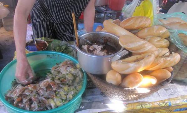 Quầy bánh mì bột lọc trông thật hấp dẫn - Ảnh: Hải Ninh