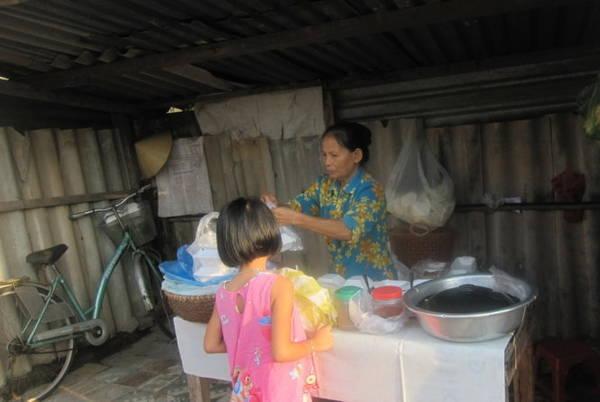 Một hàng bánh mì bột lọc bình dân bên đường - Ảnh: Hải Ninh