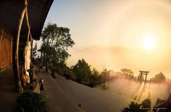 Chùa Linh Quy Pháp Ấn: Đây là một trong những điểm đến đẹp để săn mây khi đến Lâm Đồng mùa thu. Chốn bồng lai này cách trung tâm thành phố Bảo Lộc 22 km về phía nam, nằm trên ngọn đồi cao. Ngoài cảnh chùa thanh tịnh, du khách còn được hòa mình vào không gian bao la với cây xanh và gió mát. Ảnh: Đức Thảo.