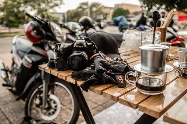 Cà phê: Thành phố Bảo Lộc nổi tiếng với đặc sản chè và cà phê. Khi những bước chân đã mỏi, bạn hãy phủi bụi đường, ghé thăm bất kỳ quán cà phê nào của thành phố, nhấm nháp ly cà phê thơm ngon đậm chất đất đỏ xứ bazan. Ảnh: Hiếu Dương.