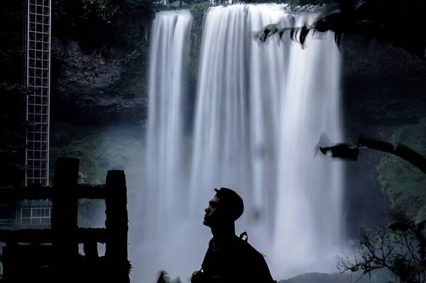 Nhìn từ trên cao xuống, dòng thác nước đổ ào ạt xuống mạnh, tung bọt trắng xóa hoang sơ và hùng vĩ. Ảnh: Hiếu Dương.