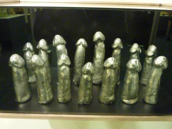 """Thậm chí, bảo tàng còn lưu trữ mẫu vật dương vật người, khiến nhiều du khách tới đây phát ngượng. Việc này được bảo tàng theo đuổi trong nhiều năm, họ được bệnh viện """"tặng"""" bao quy đầu và tinh hoàn để phục vụ nghiên cứu. Năm 2008, Đội tuyển bóng ném Iceland đã hiến tặng 15 phôi dương vật cho bảo tàng nhân sự kiện họ đạt huy chương bạc tại Olympic Bắc Kinh. Dương vật mô hình sau khi được lấy đúng hình dáng của người mẫu đã được tráng bạc."""
