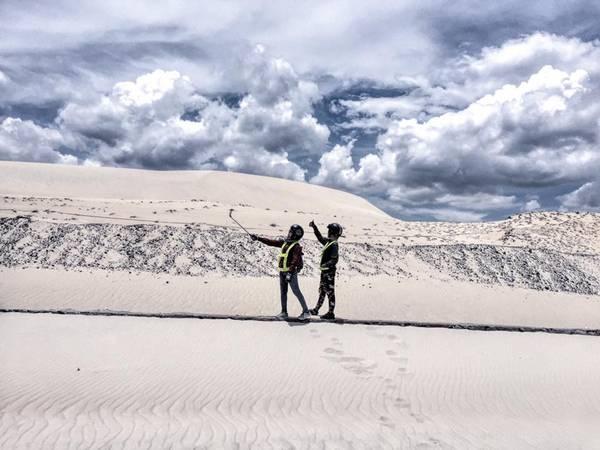 Vẻ đẹp tự nhiên hoang sơ của đồi cát Bàu Trắng làm say lòng những du khách lỡ đặt chân đến đây.