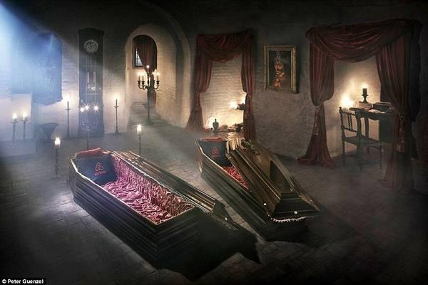 Vào đêm Halloween 31/10, lâu đài Bran ở Transylvania, Romania, nơi ở của Bá tước Dracula sẽ mở cửa cho hai khách nghỉ qua đêm, đánh dấu lần đầu có người ngủ lại đây kể từ năm 1948. Du khách sẽ uống rượu, ăn tối, rồi ngủ lại trong hai chiếc quan tài phủ vải nhung đỏ, giống như Dracula đã làm trong tiểu thuyết nổi tiếng của Bram Stoker. Ảnh: Peter Guenzel.